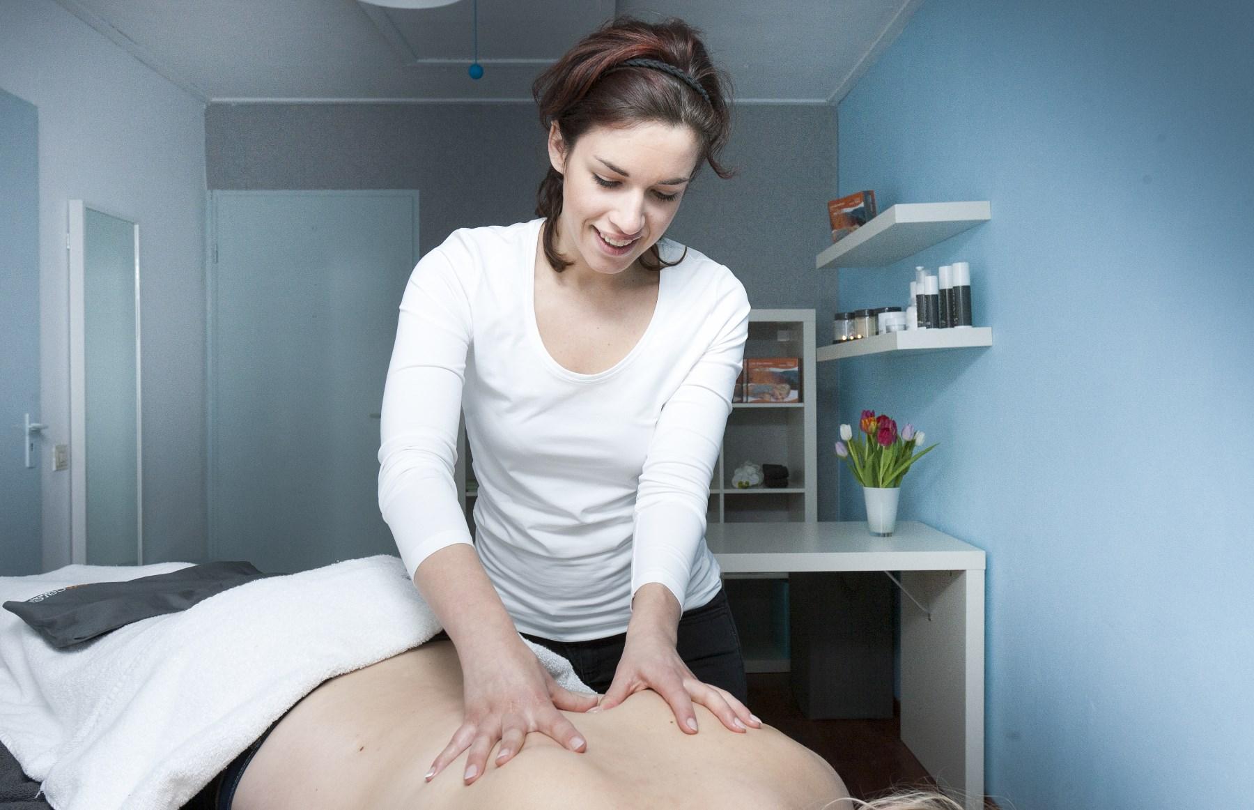 Schoonheidsspecialiste, masseuse Natuurlijk Kim Raamsdonksveer - wellness massage ontspanning reiniging